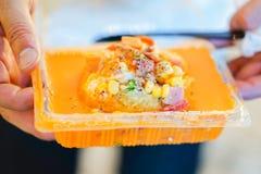 Stomend aardappel met sauskaas rond in plastic voedseldoos, Ta stock foto