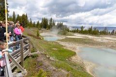 Stomend de aqua hete lente, met mensen op promenade, Yellowstone Stock Foto