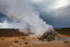 Stomend het geothermische gebied Namafjall Myvatn Noordoostelijk IJsland Scandinavië van Hverir van de moddervulkaan royalty-vrije stock fotografie