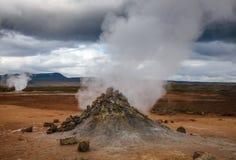 Stomend het geothermische gebied Namafjall Myvatn Noordoostelijk IJsland Scandinavië van Hverir van de moddervulkaan stock foto's