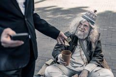 Stomme achteloze zaken die foto van handeling van liefdadigheid maken stock afbeelding
