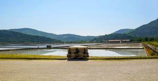 Ston, Croazia-augusto, 8, 2016: Piantagione per l'estrazione di sale dall'acqua di mare fotografia stock libera da diritti
