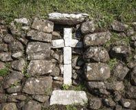 Stone που γίνεται το σταυρό σε μια αγροτική πέτρα που γίνεται τον τοίχο Στοκ φωτογραφία με δικαίωμα ελεύθερης χρήσης