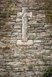 Stone που γίνεται το σταυρό σε μια πέτρα που γίνεται τον τοίχο Στοκ Εικόνες