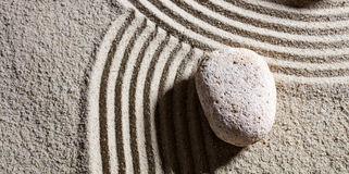 Stone στη διατομή των διαφορετικών δρόμων για την ευελιξία με την ηρεμία στοκ φωτογραφία