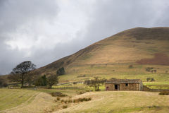 Stone barn at foot of Kinder Scout in Peak District  Stock Photo