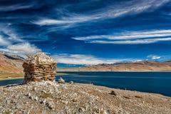 Stone cairn at Himalayan lake Tso Moriri, Stock Images