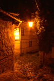 Stone paved alley at night Royalty Free Stock Photos