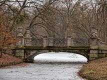Stonebridge που καλύπτεται με το βρύο σε Schlosspark Nymphenburg στο Μόναχο Στοκ Εικόνα