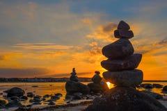 Stonefigures στη θάλασσα της Βαλτικής κατά τη διάρκεια του ηλιοβασιλέματος Στοκ εικόνα με δικαίωμα ελεύθερης χρήσης