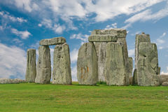 Stonehenge在蓝天下,英国 库存图片