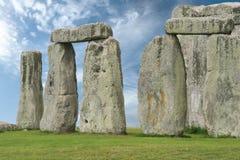Stonehenge在蓝天下,英国 库存照片