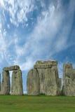 Stonehenge在蓝天下,英国 免版税库存照片