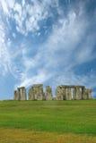 Stonehenge在蓝天下,英国 免版税库存图片