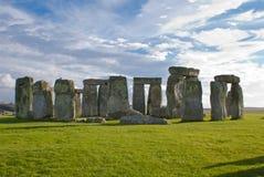 Stonehenge在蓝色和多云天空下 库存图片
