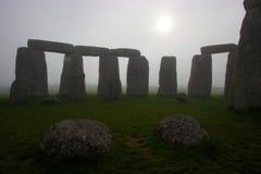 Stonehenge à l'aube un jour brumeux Images libres de droits
