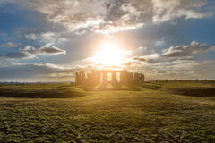 Stonehenge contro il sole, Wiltshire, Inghilterra fotografie stock libere da diritti