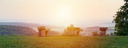 Stonehenge di mistero in villaggio Krasejovka, paesaggio ceco immagini stock