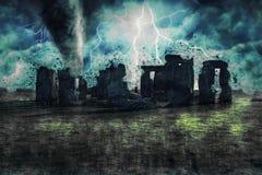 Stonehenge durante la tempesta, la pioggia e l'illuminazione pesanti in Inghilterra fotografia stock