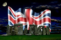 Stonehenge e a bandeira de união na noite Fotografia de Stock