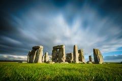 Stonehenge em um dia de inverno ensolarado e ventoso Amesbury, Inglaterra fotografia de stock