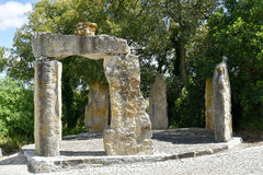 Stonehenge en BacalhÃ'a Bouddha Éden, Bombarral, Portugal Image libre de droits