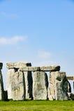 Stonehenge, grüne Wiese, sonniger, blauer Himmel, England Lizenzfreies Stockfoto