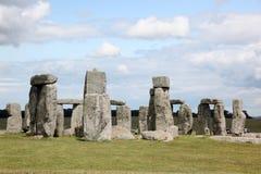 Stonehenge historyczny miejsce na zielonej trawie pod niebieskim niebem. Stonehen zdjęcia stock