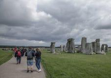 Stonehenge - i turisti immagini stock libere da diritti