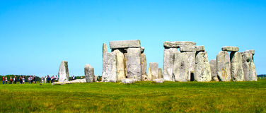 Stonehenge i turysta panorama Zdjęcia Royalty Free