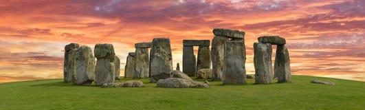 Stonehenge mistico in Inghilterra, Europa Concetto per i temi esoterici e turistici di viaggio, di astronomia, di religione, fotografia stock libera da diritti