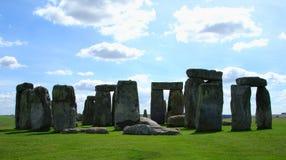 Stonehenge in nubi e nella solitudine immagini stock