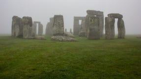Stonehenge op Misty Morning stock foto's