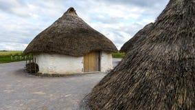 Stonehenge prehistoryczny zabytek, Stonehenge domów Neolityczna wystawa - Stonehenge, Salisbury, Anglia obraz royalty free