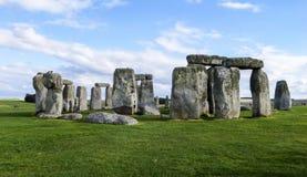 Stonehenge prehistoryczny zabytek, niebieskie niebo - Wiltshire, Salisbury, Anglia zdjęcia stock