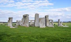 Stonehenge prehistoryczny zabytek, zielona trawa, niebieskie niebo i chmury, - Wiltshire, Salisbury, Anglia zdjęcia royalty free