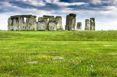 Stonehenge sotto le nuvole di scurimento Immagine Stock