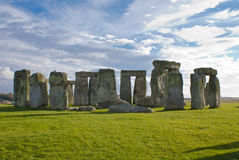 Stonehenge sous un ciel bleu et nuageux Images stock