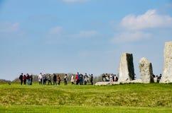 Stonehenge, Touristen, grüne Wiese, sonnig, Wiltshire, England Stockfotografie