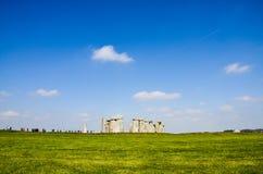 Stonehenge, turistas, pastagem verde, céu azul, Inglaterra Fotografia de Stock