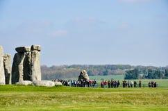 Stonehenge, turistas, pastagem verde, ensolarada, Wiltshire, Inglaterra Imagens de Stock Royalty Free