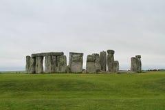 Stonehenge under molnig himmel - England royaltyfri bild