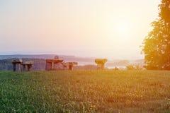 Stonehenge in villaggio Krasejovka ad alba, paesaggio ceco fotografia stock