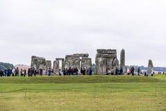 STONEHENGE, WILTSHIRE, HET UK - 17 AUGUSTUS: Toeristen die voor een rij vormen Stock Afbeeldingen
