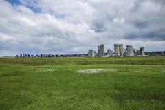 Stonehenge zielone łąki i chmurni nieba - fotografia royalty free
