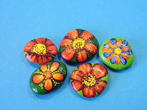 Stones with painted flowers Royalty Free Stock Photos