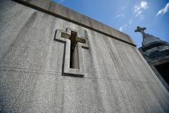Stonewall z krzyżem grobowiec Zdjęcie Stock