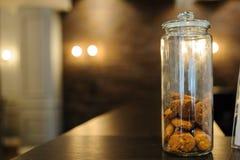 Stoni con i biscotti del cioccolato su un fondo di legno immagini stock