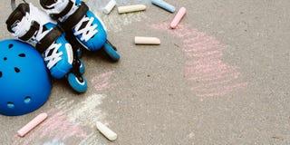 Stonowanego baner Rolkowe inline łyżwy w łyżwa parku na szarym miastowym tle z colorfull kredkami Obrazy Stock