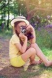 Stonowany portret Śliczna mała dziewczynka w retro stroju bierze pictur fotografia royalty free